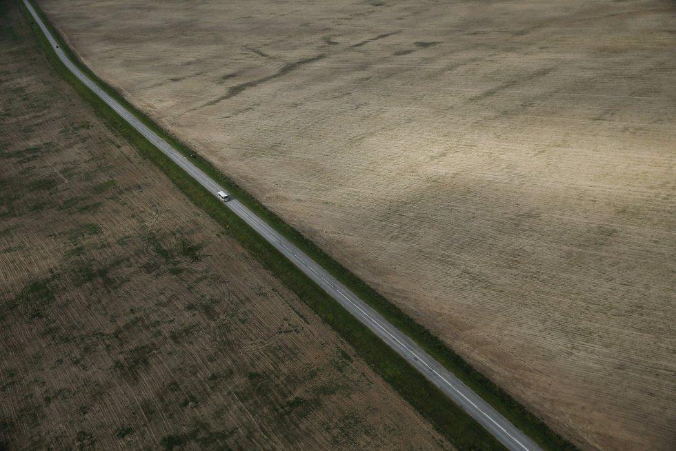 Vista aérea de un autobús que circula por una carretera en las afueras de Riazán, Rusia. Maxim Shemetov
